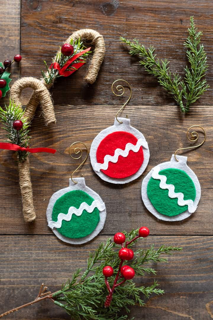easy felt Christmas ornaments - no sew Christmas ornaments with free pattern !